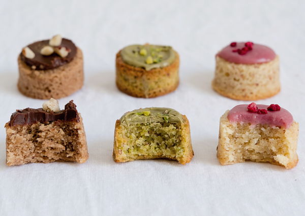 6 small cakes made from almond flour with icing